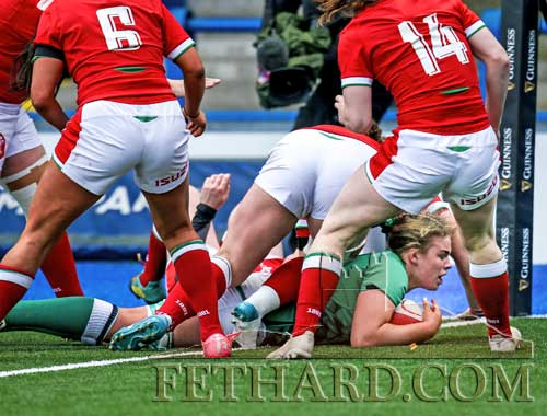 Ireland's Dorothy Wall scores a try (Photo©INPHO/Robbie Stephenson)